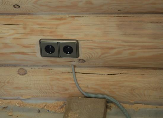 Скрытая электропроводка в бревенчатом доме -фото