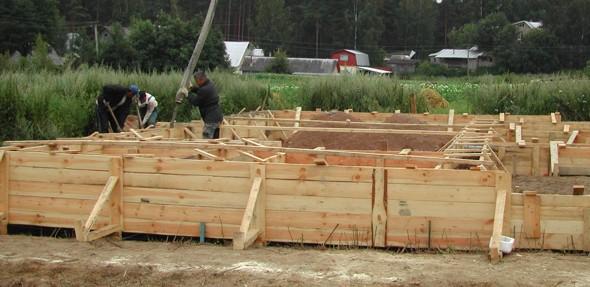 Дом из бревна фундамент - форма под фундамент - фото