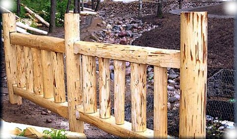 деревянный забор из бревна - фото
