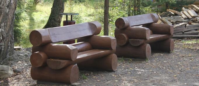 Аллея с бревенчатыми скамейками -фото