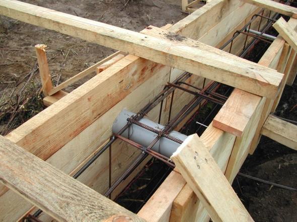 Ленточный фундамент для дома из бревна, форма плюс арматура - фото