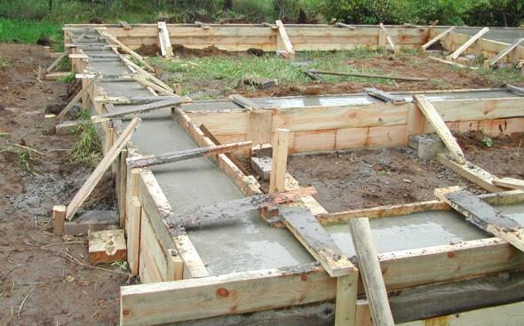 Дом из бревна ленточный фундамент - фото