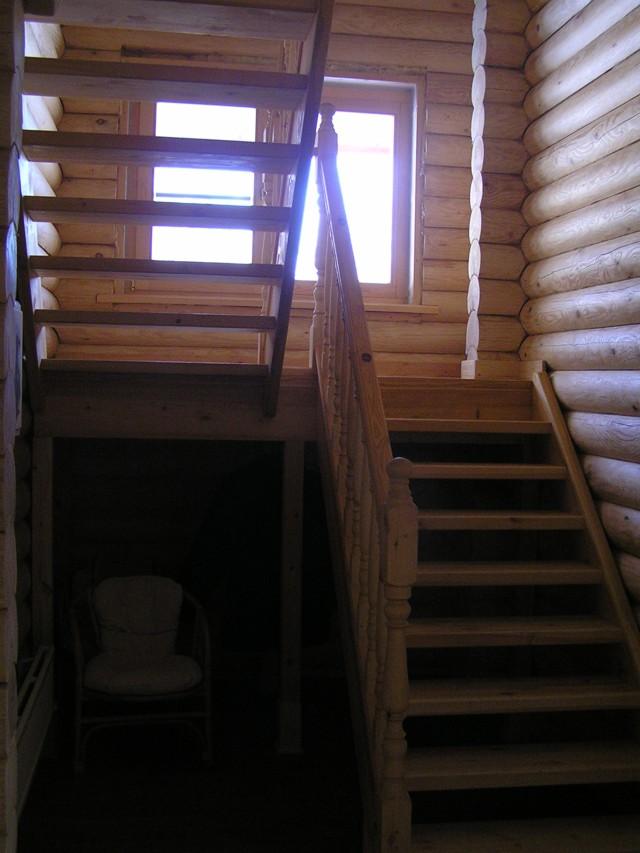 Бревенчатый дом, винтовая лестница-фото1