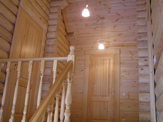 Лестница в бревенчатом доме -фото1