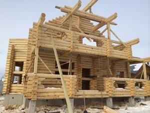 Деревянный дом в процессе постройки
