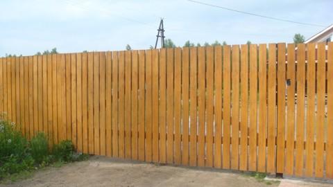 деревянный забор из досок - фото
