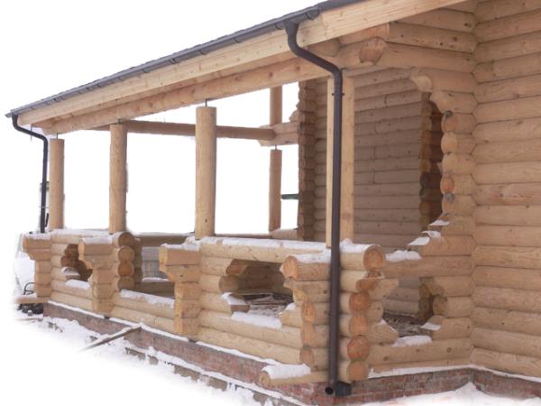 бревенчатый дом с верандой