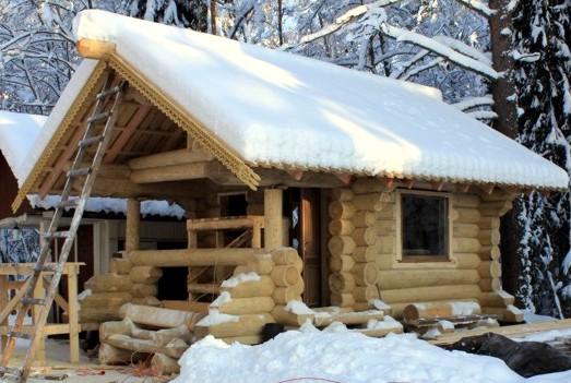 Строительство бревенчатого дома зимой -фото
