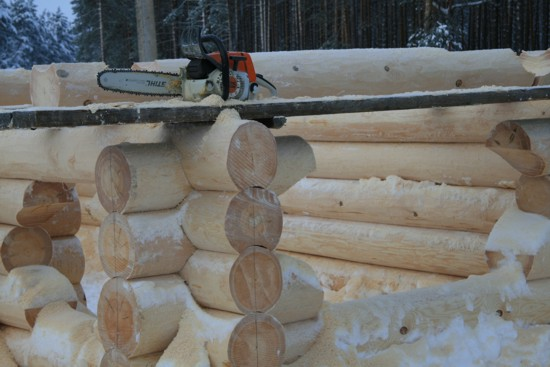 Зимний сруб ручной рубки -фото