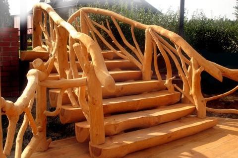 Бревенчатый дом, лестница из дерева-фото1