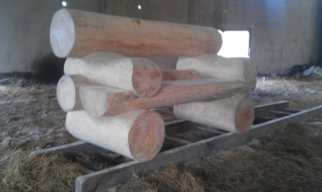 Массивная скамья из бревен -фото