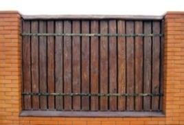 Деревянный забор прекрасно гармонирует с бревенчатым домом, бревенчатой баней!