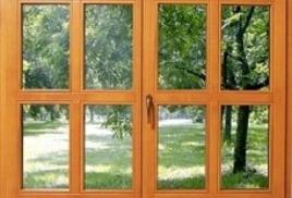 Окна в бревенчатом доме.